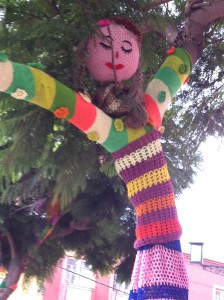This is a tree in La Serena that was decorated by knitted coverings.
